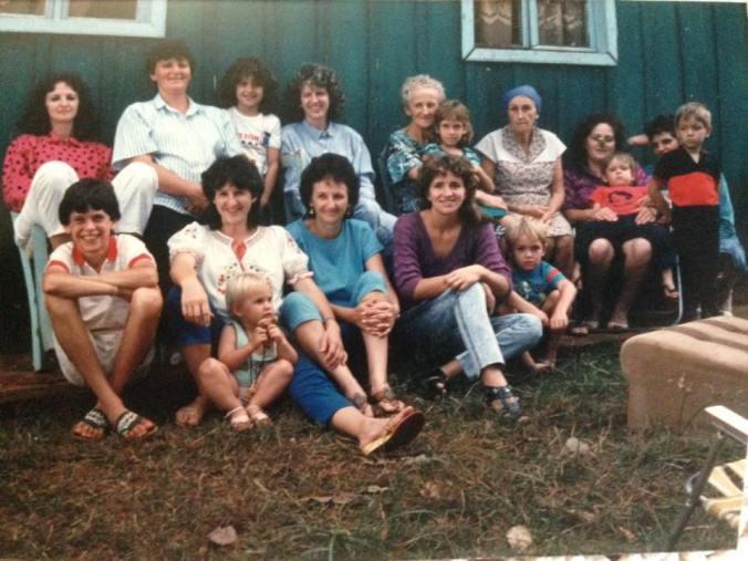 Encontro de família na casa da vó Clarinda Nicoletti Lawisch, em Sete de Setembro, RS, entre 1988/1989.  Atrás: tia Elaine Lawisch Bayer (irmã da mãe), ao seu lado, tia Lourdes Milanesi Lawisch (casada com o tio Wilson, irmão da mãe), a menina ao lado da tia Lourdes, em pé, deve ser sua filha Naila, minha prima, e ao lado desta, minha mãe Dilene Lavich Goldschmidt. Ao lado da mãe, a tia Olinda Baron, irmã da vó Clarinda, que traz em seu colo a Patrícia Paz Baron. Ao lado da tia Olinda, de lenço na cabeça, minha avó Clrinda Nicoletti Lawisch, e ao seu lado Nair Baron com o Rodrigo Paz no colo. Ao lado da Nair está o Vinicius Paz Baron, e o loirinho a sua frente ainda precisa ser identificado. Na frente, da esquerda para direita, EU, e ao meu lado, a tia Diva Lawisch Kulakowski, entre suas pernas deve ser sua filha Fernanda, minha prima. Ao lado da tia Diva, minha tia Ilse Colovini, também irmã da mãe, e ao seu lado, sua nora Keka com o filho Marlon.