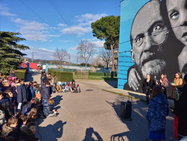 korczak_dzieci-przed-muralem_4-marca